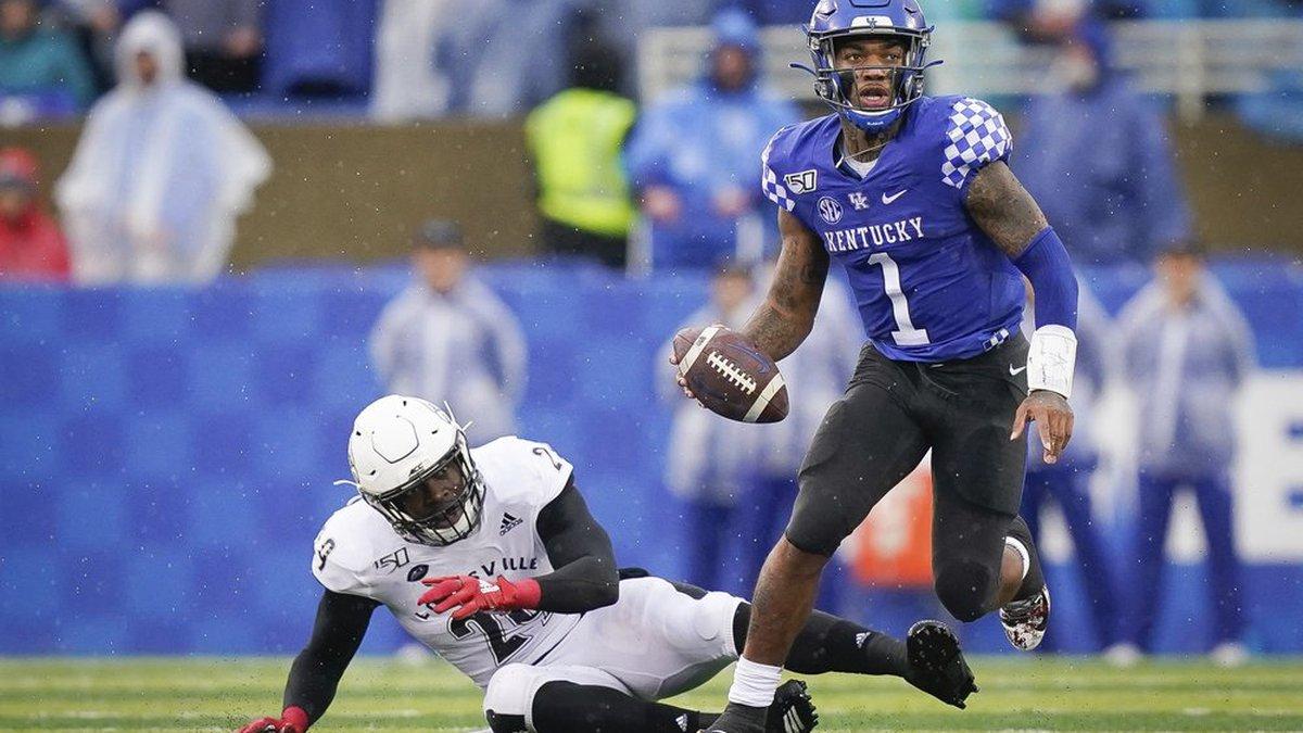 Kentucky quarterback Lynn Bowden Jr. (1) runs with the ball during the first half of the NCAA...