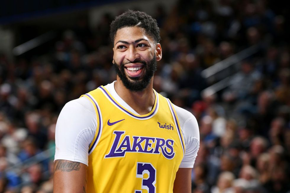 Anthony Davis scores 34 for the Lakers.