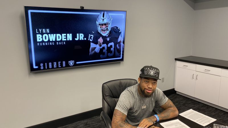 Lynn Bowden signs rookie contract.
