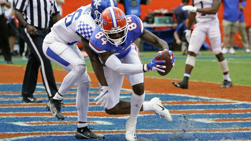 Florida tight end Kyle Pitts (84) catches a pass in front of Kentucky defensive back Brandin...